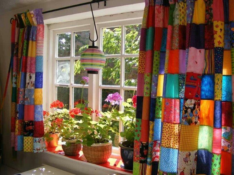 Яркая штора для кухни в стиле пэчворк