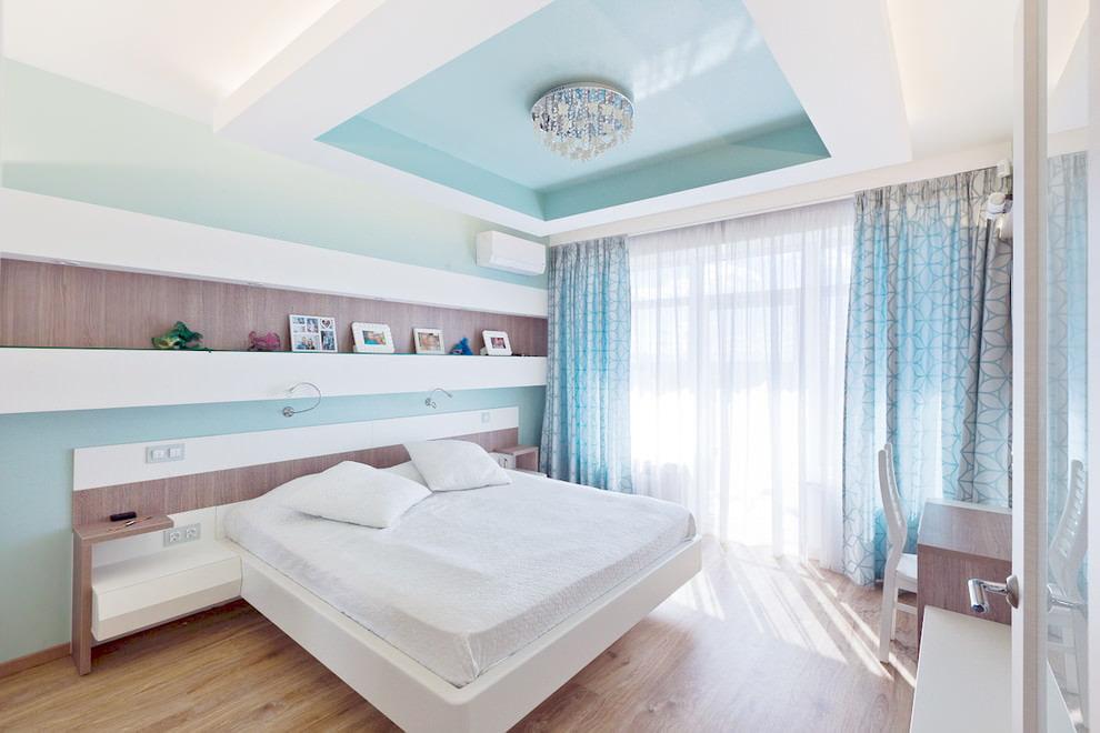 Занавески с узорами на окне спальни с белой кроватью