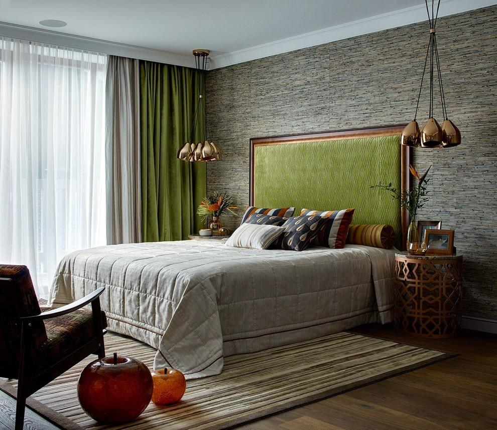 Серо-зеленые занавески в красивой спальне