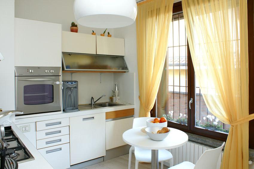 Желтый тюль в интерьере современной кухни