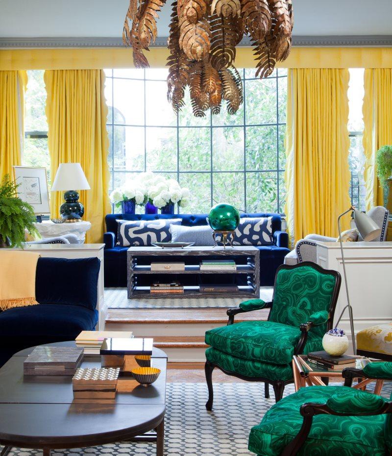 Желтые портьеры на больших окнах в зале частного дома