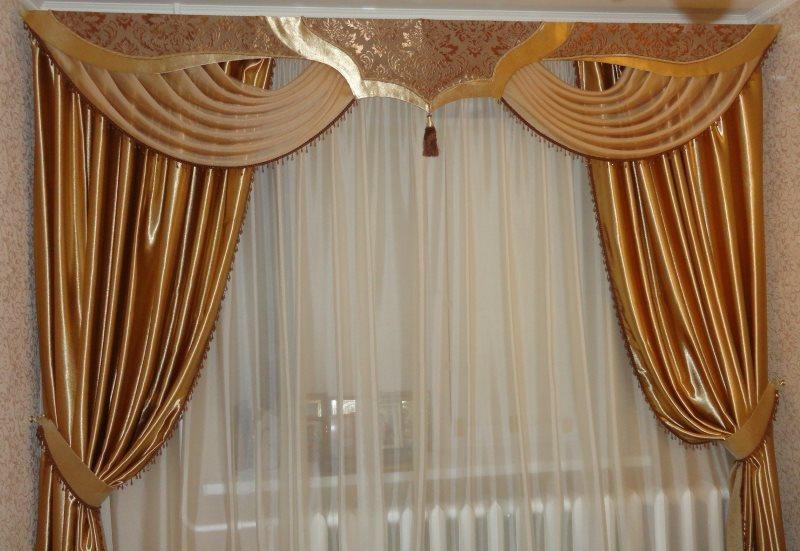 Золотистые шторы с жестким ламбрекеном