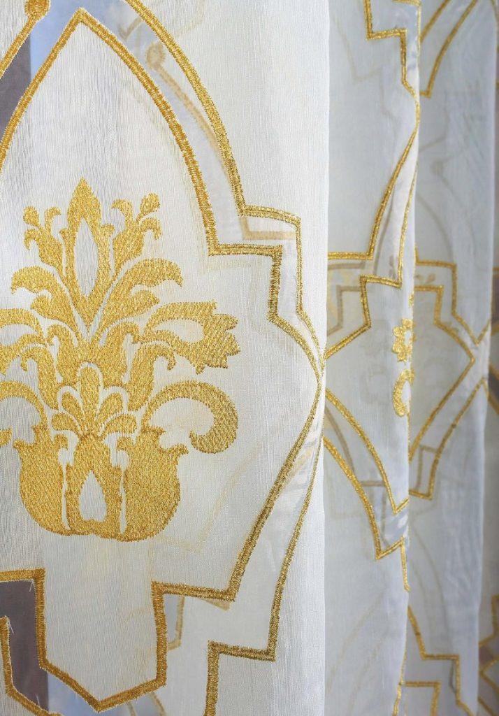 Золотистая вышивка на льняном тюле