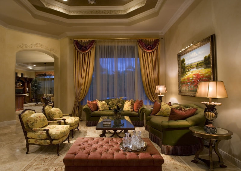 Интерьер гостиной с золотистыми шторами