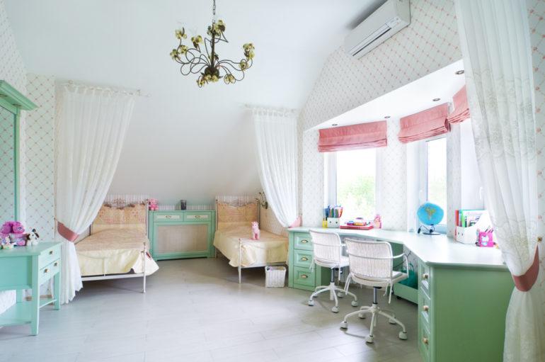Тюлевые занавеси над кроватями в комнате для двух девочек