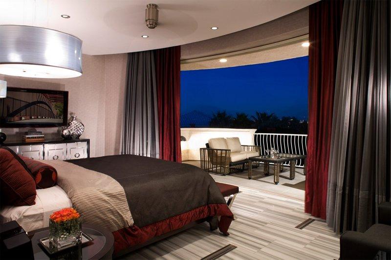 шторы на окно с балконом фото интерьера