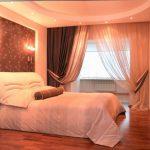 шторы в спальню с балконом оформление