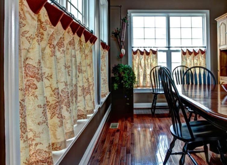 шторы на окно с балконом кафе