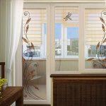 шторы в спальню с балконом светлые