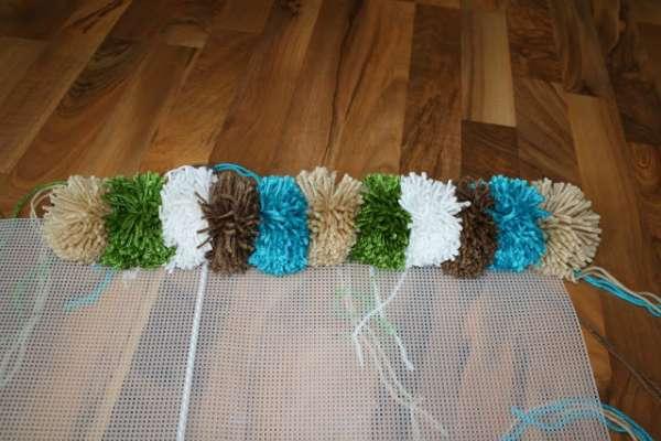 процесс работы коврик из помпонов