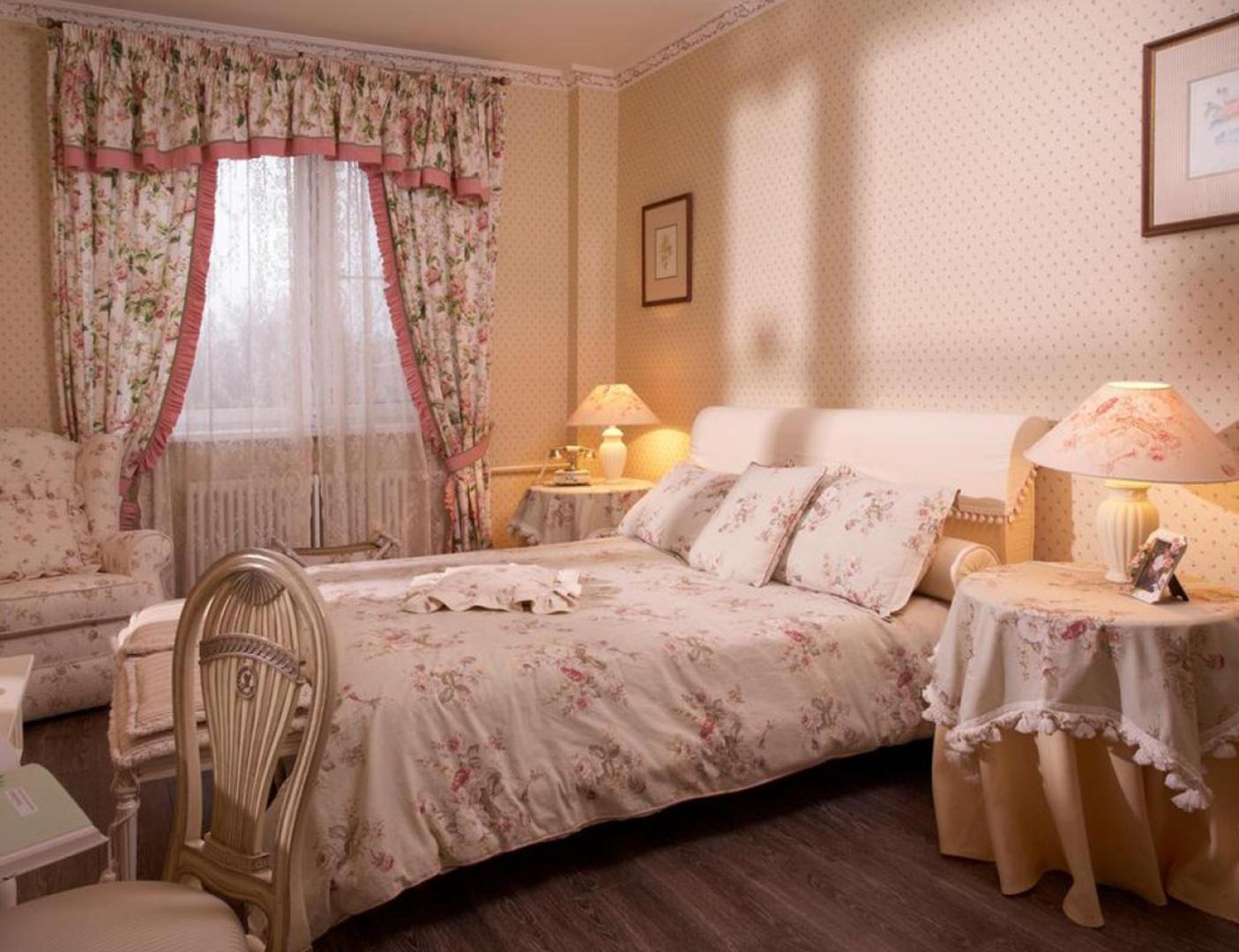 комплект из штор и покрывала для спальни оформление фото