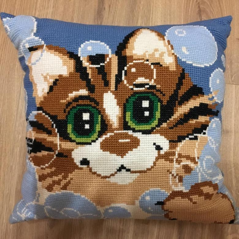 красивая подушка котенок крестиком