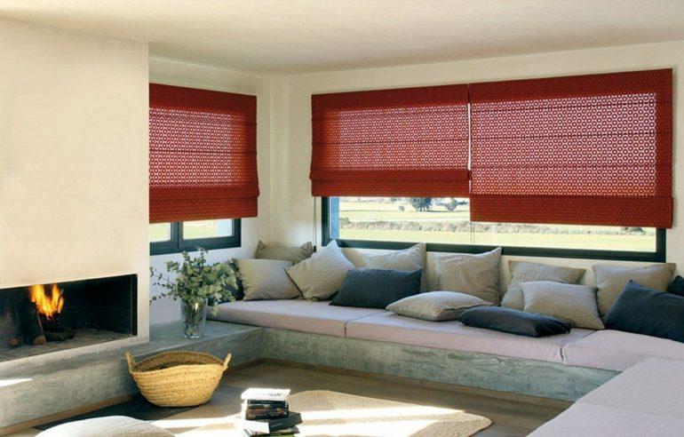 красные короткие шторы в гостиной