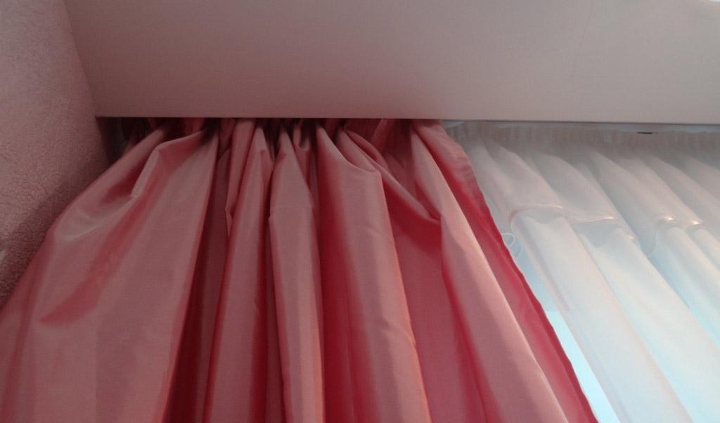 ниша для штор в натяжном потолке дизайн идеи
