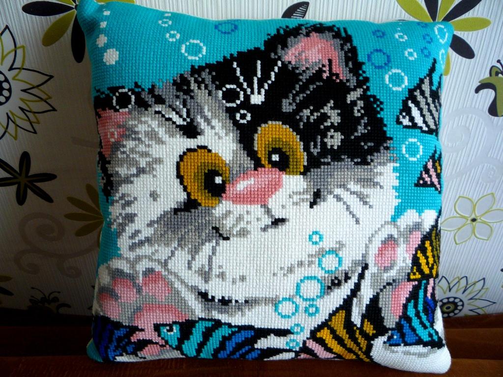 подушка котенок крестиком
