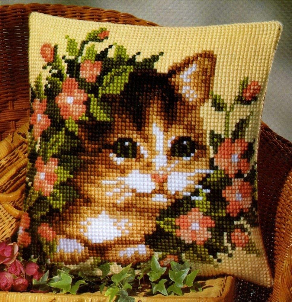 подушка котенок в цветах