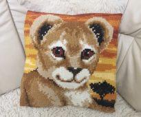 подушка львенок крестиком