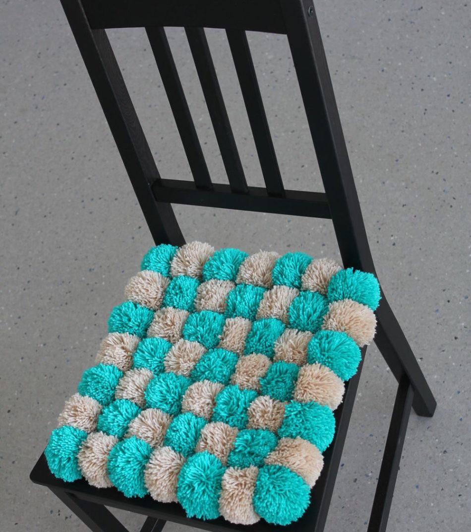 седушка из помпонов на стул