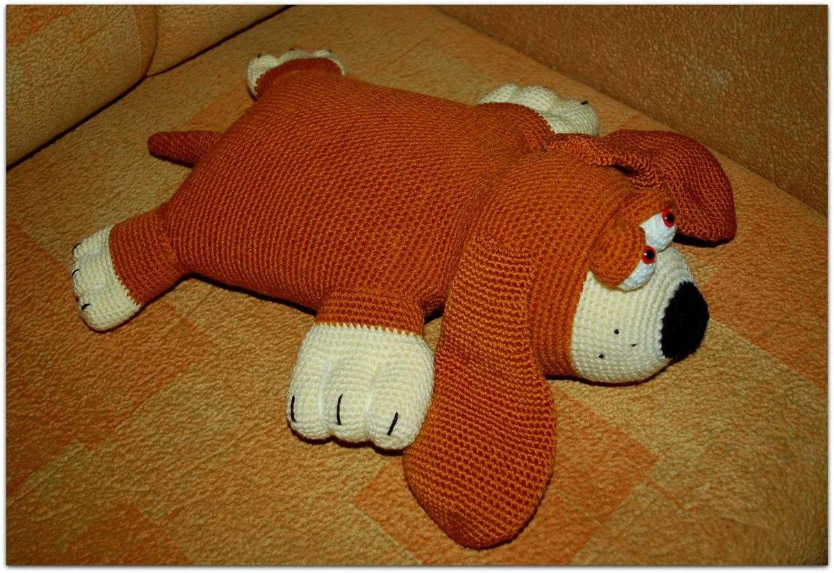 собака подушка вязаная