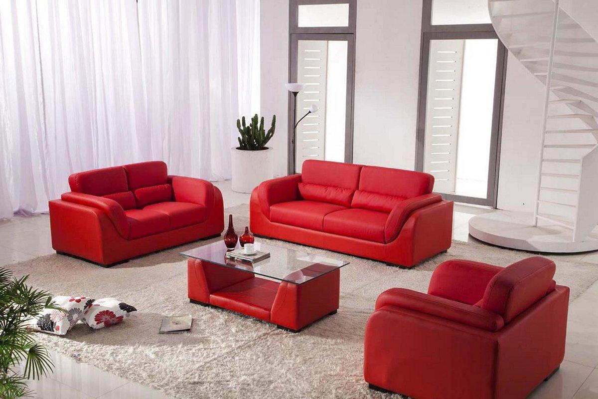 красные диваны белые шторы в гостиной