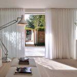белые шторы в гостиной оформление