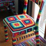 вязаные чехлы на стулья и табуреты фото интерьер