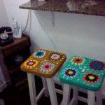 вязаные чехлы на стулья и табуреты фото варианты