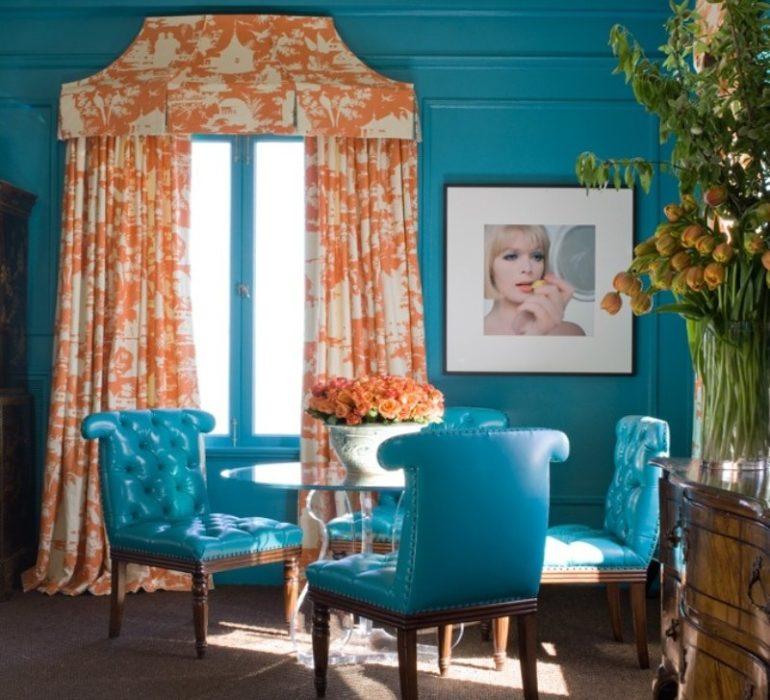 оранжевые шторы с бирюзовыми стенами