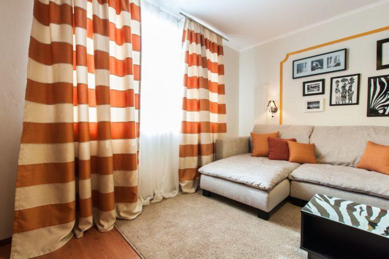 оранжевые шторы в гостиной