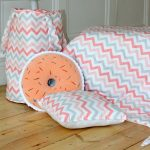подушка пончик вязаный