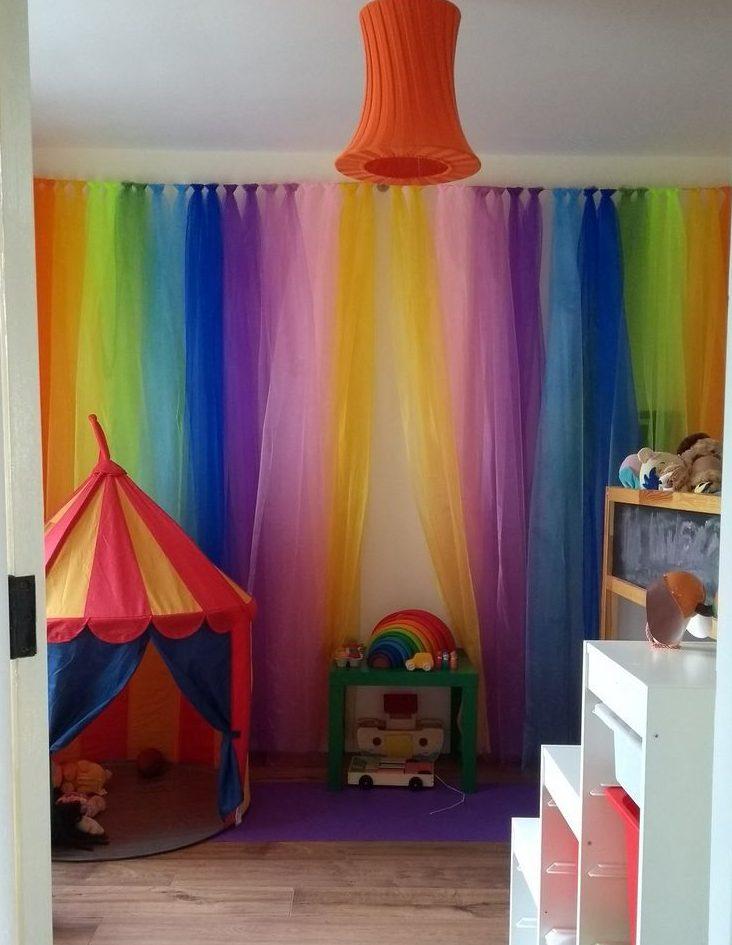 радужные шторы в интерьере детской