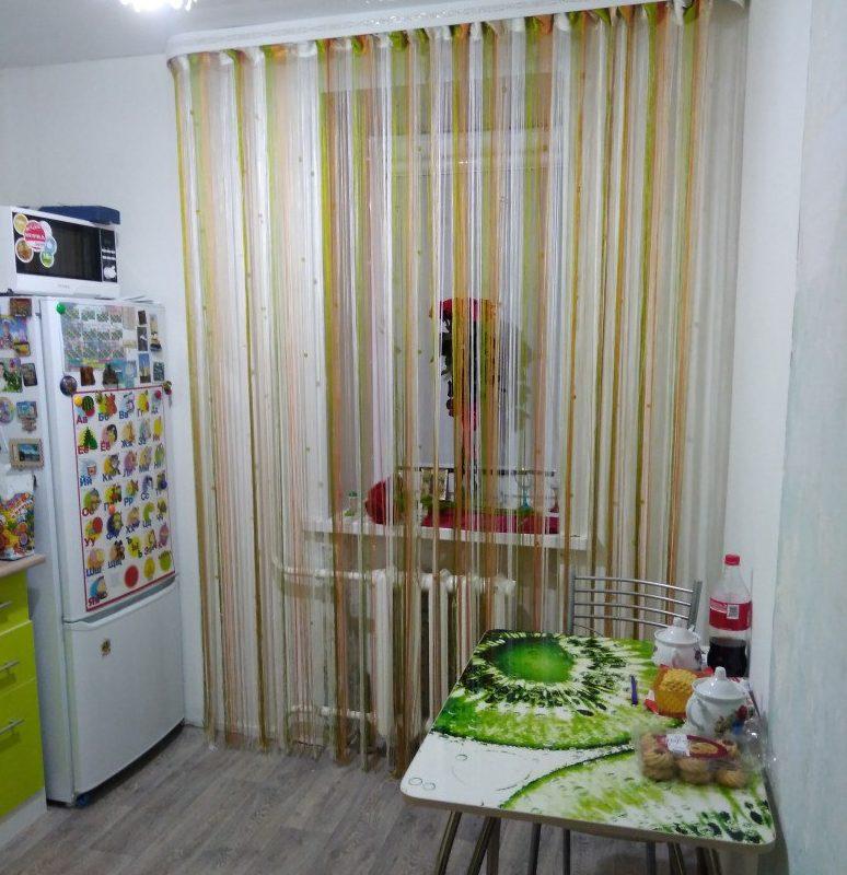 радужные шторы в интерьере кухни