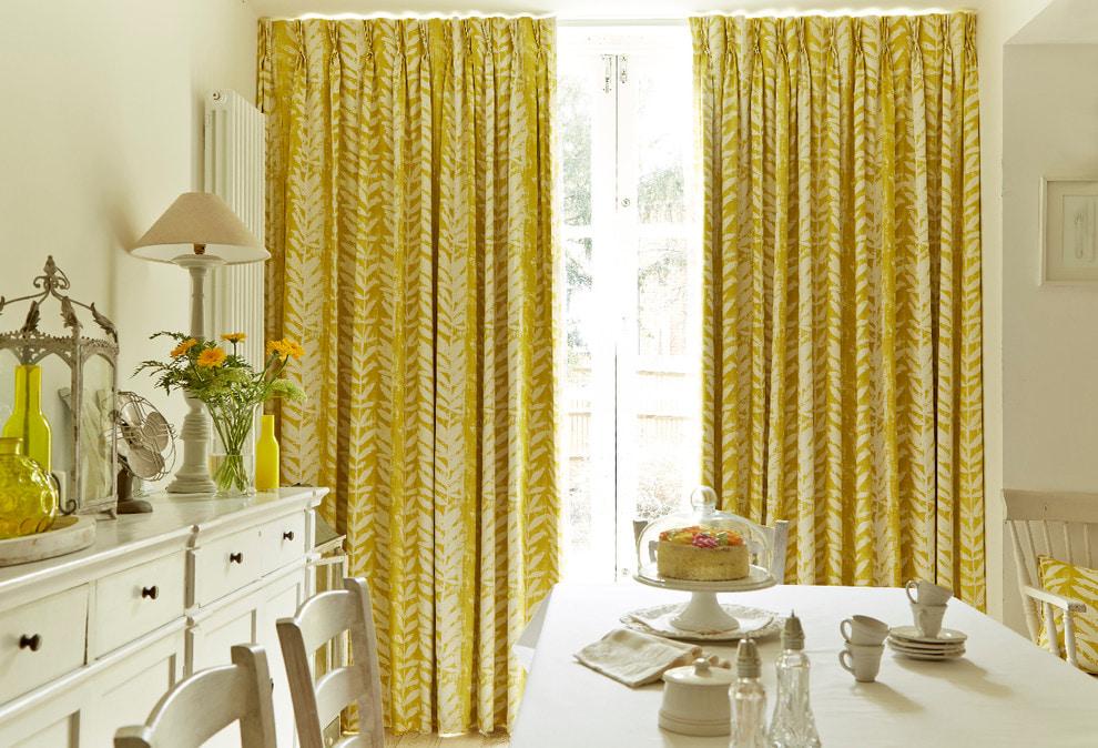 желтые шторы интерьер