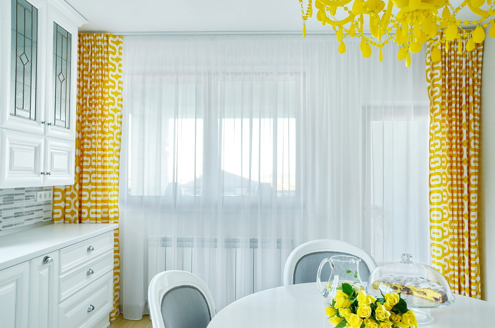 бело желтые шторы