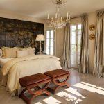 шторы в спальню золотые