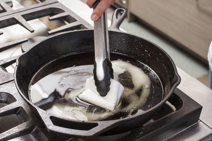 сковорода с маслом и солью