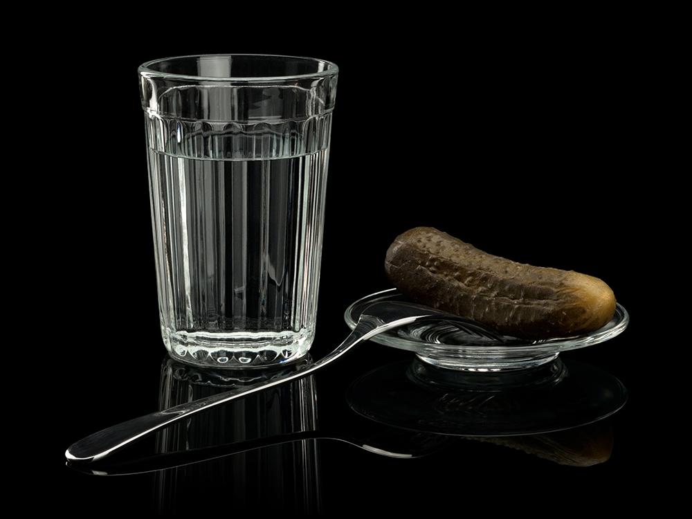 водка в граненом стакане