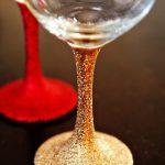 декор бокалов на новый год блеском