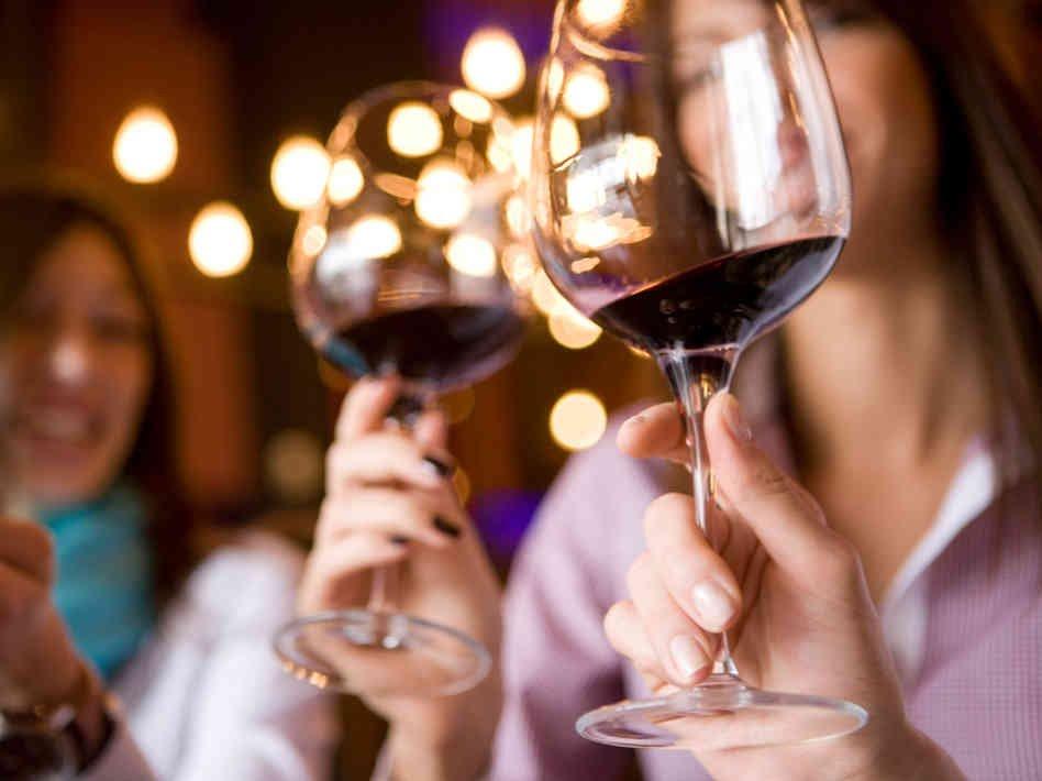как держать бокал с вином фото