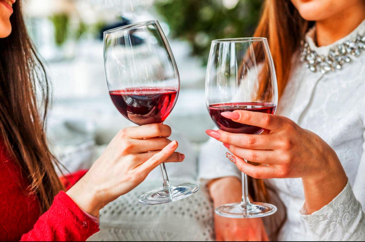 как держать бокал с вином правильно