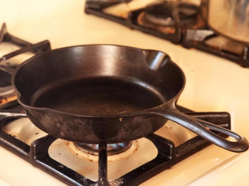 очистка сковороды на плите