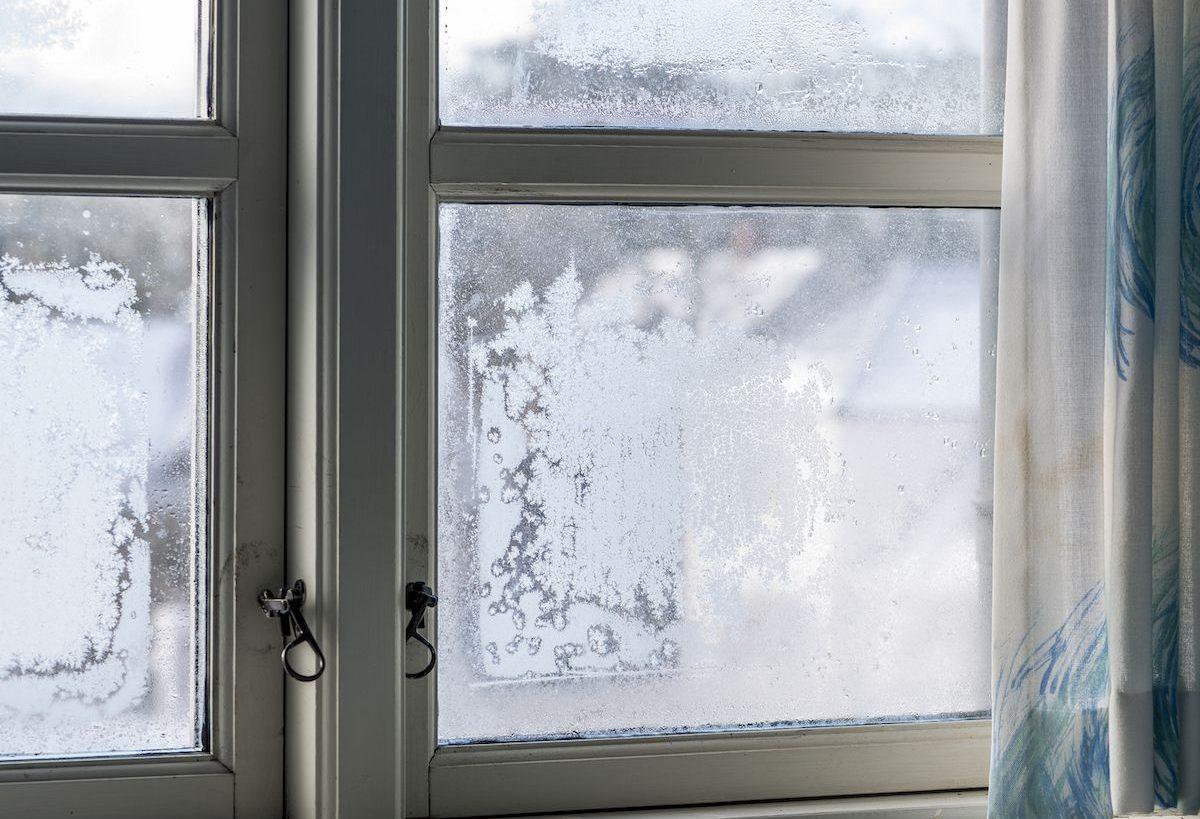соль в стакане от влажности на окнах