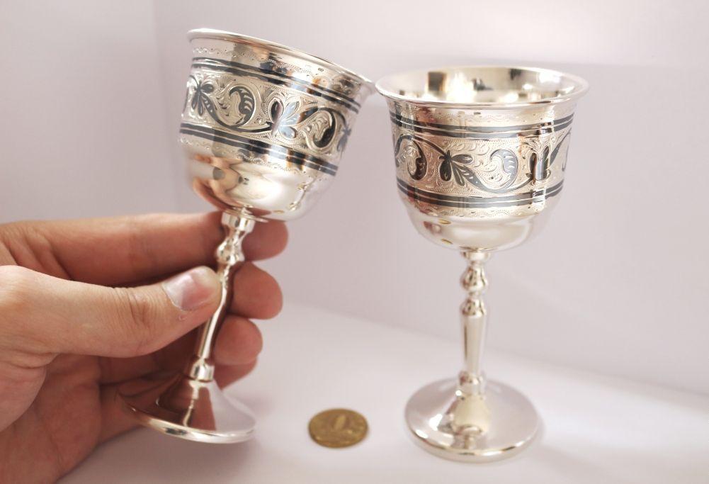 пара серебряных бокалов