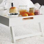 столик для завтрака в постель оформление фото