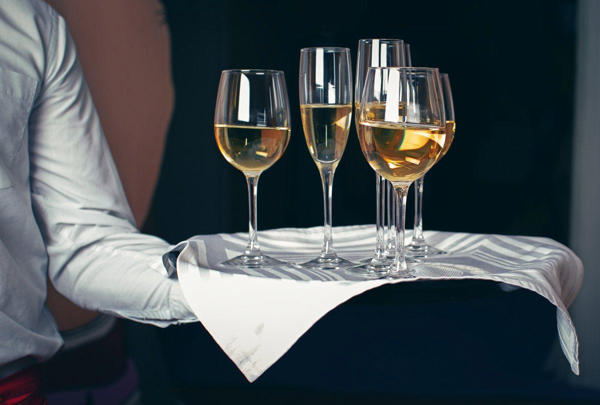 вино на подносе