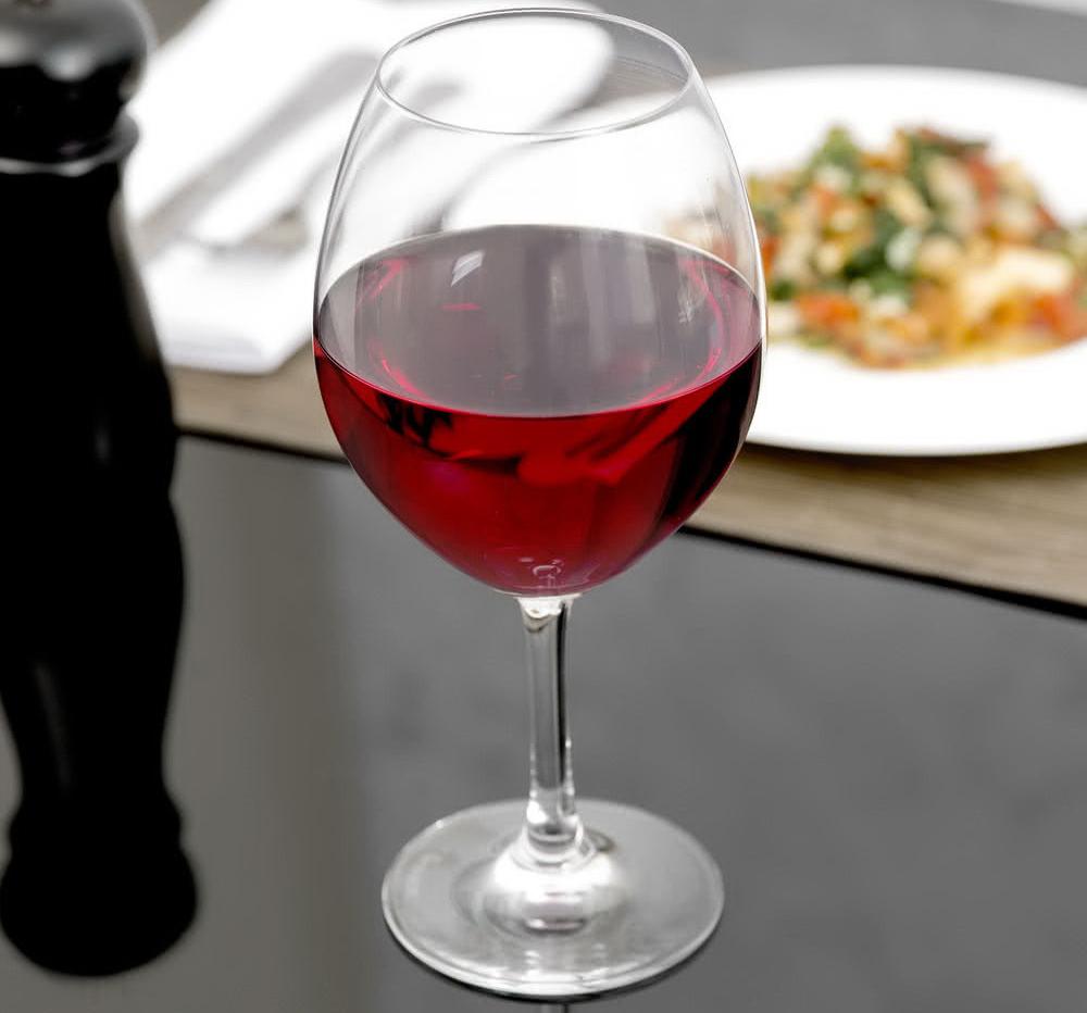 бургундский бокал с вином
