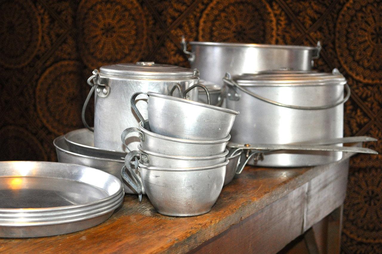 алюминиевая посуда на столе