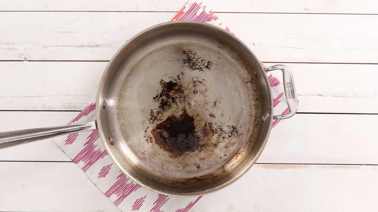 алюминиевая сковорода с нагаром