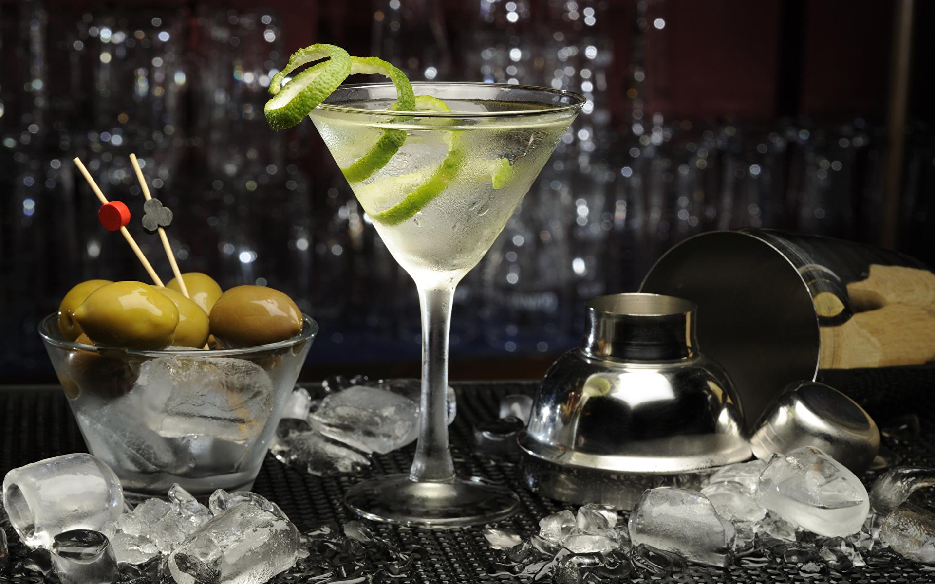 бокал с мартини и льдом
