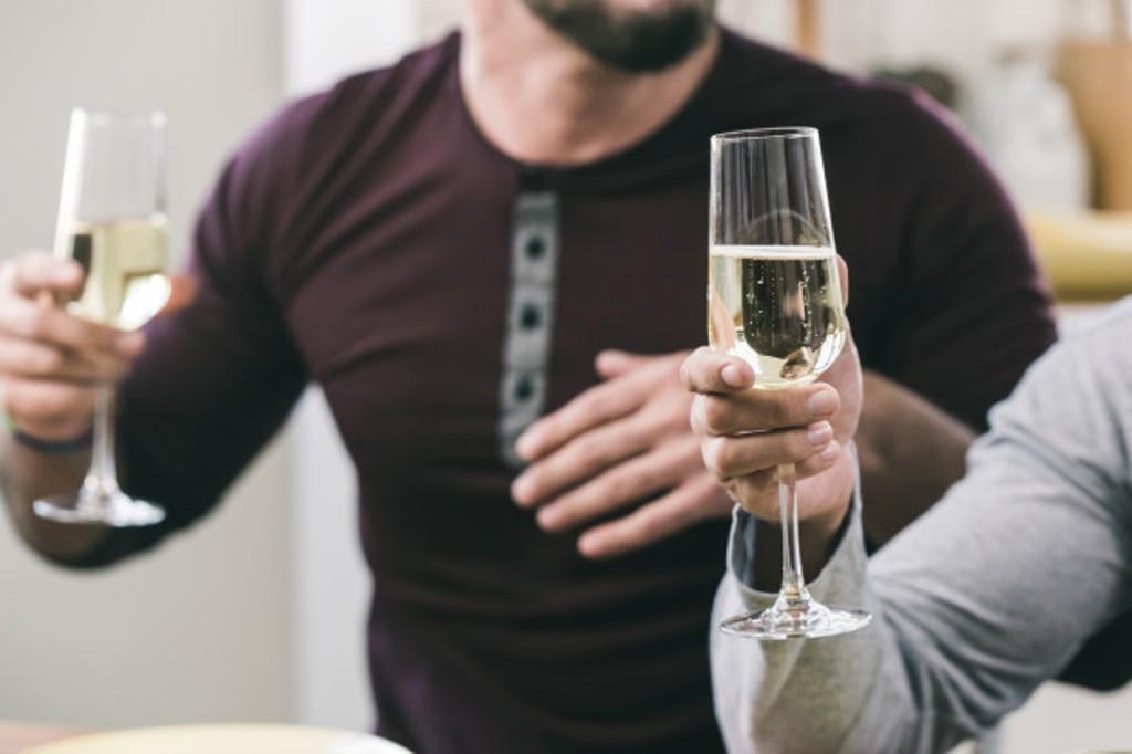 как держать бокалы с белым вином